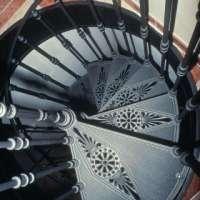 Винтовые лестницы из стекла и чугуна